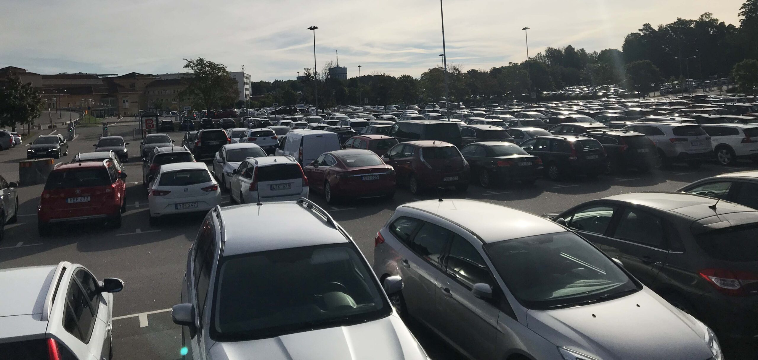 Bilden visar en parkeringsplats som kan ge upphov till låg avdunstning och därmed högre temperaturer än mer permeabla ytor.